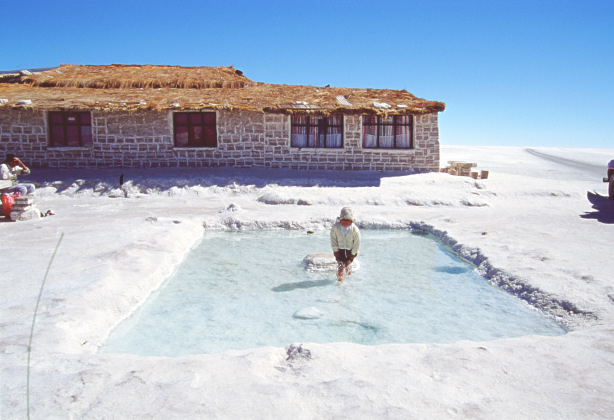 Tour to uyuni salt flats in bolivia central plateau for Salar de uyuni hotel made of salt